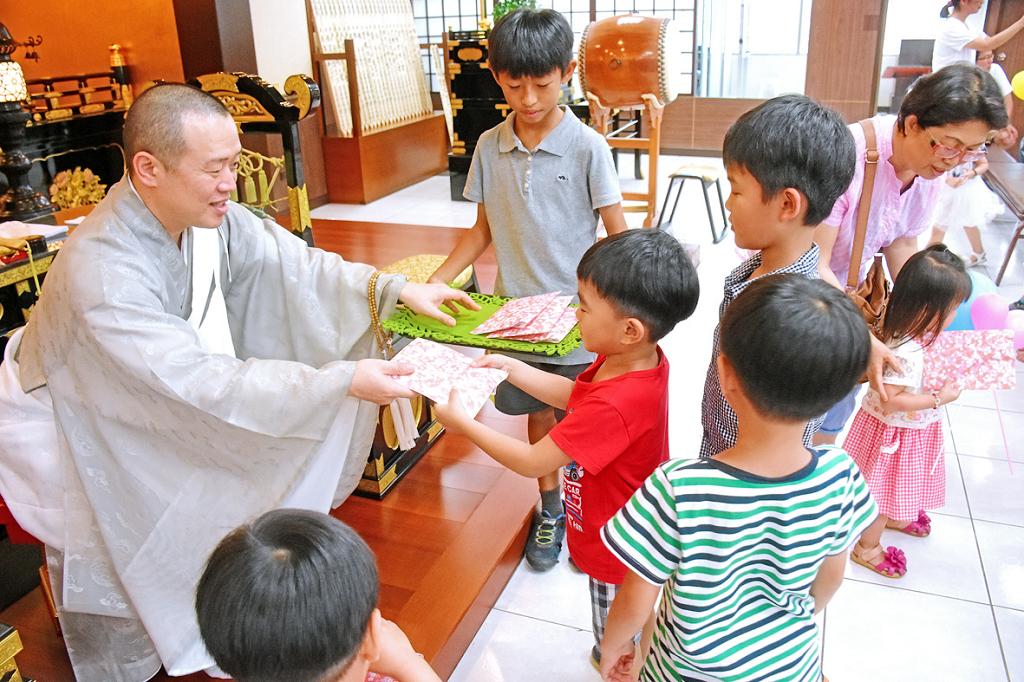 佐藤主管贈送小禮物給參加少年部活動的小朋友