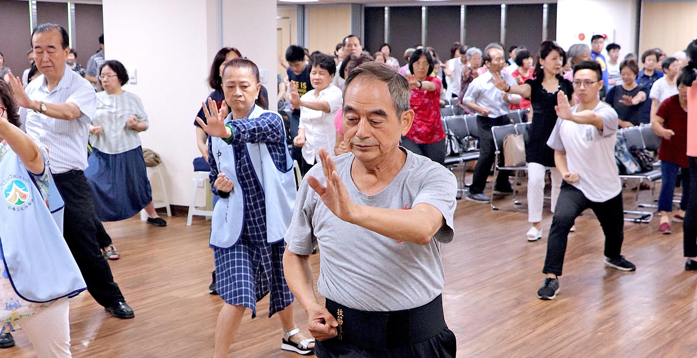 羅老師親自示範拉筋八式,與會者一同練習