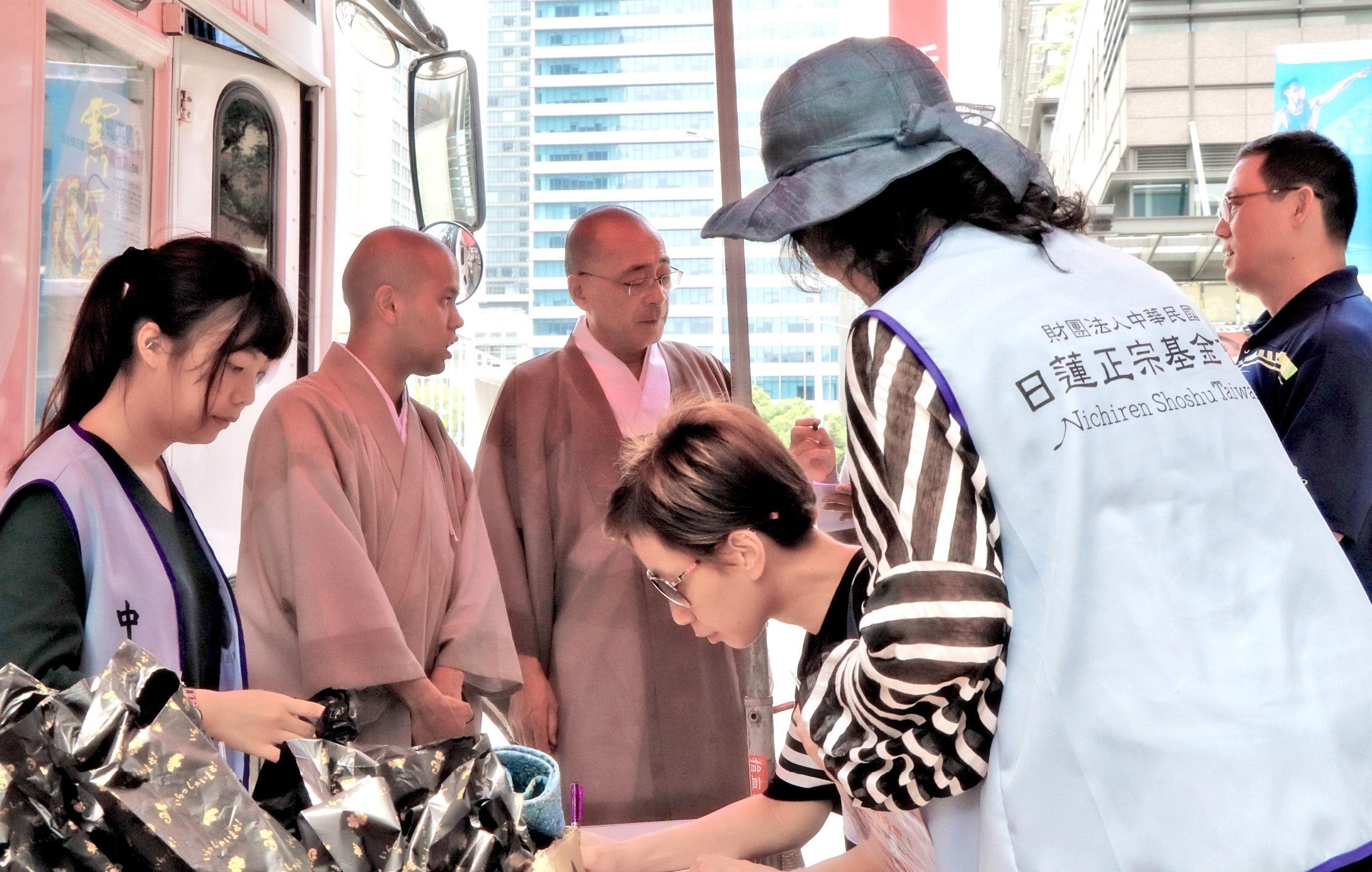 石橋主管(左三)於御講結束後,前往慰勞社福部人員