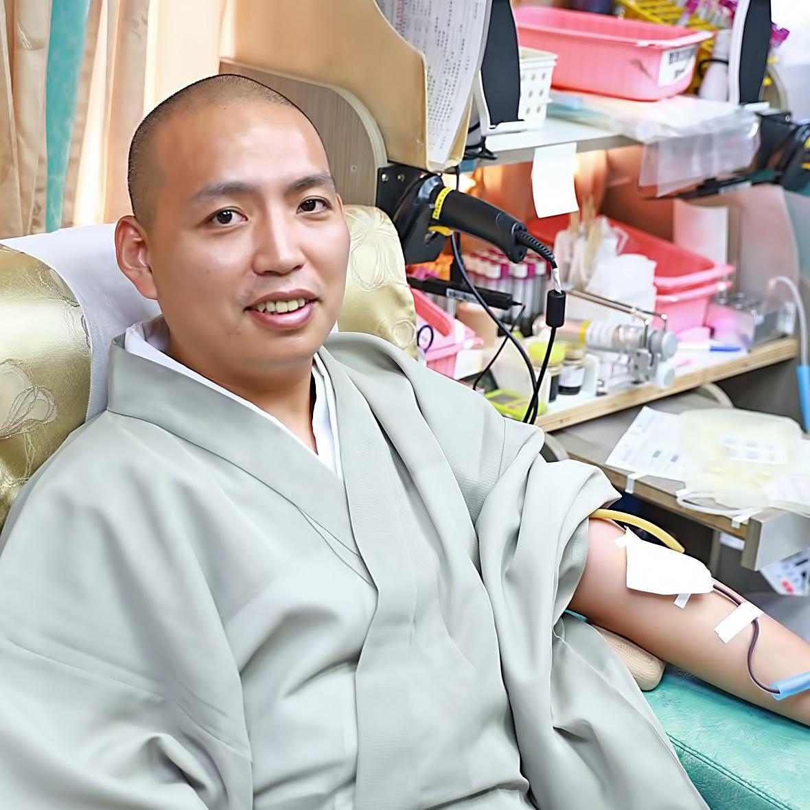 秋元主管挽袖捐血
