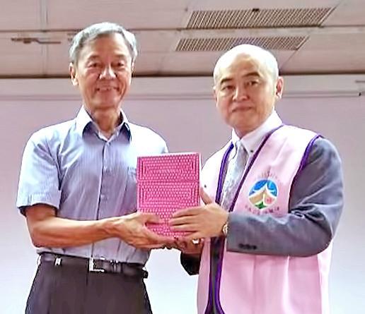 正行院宮下主管與八德榮家古道中主任(左)互贈禮物