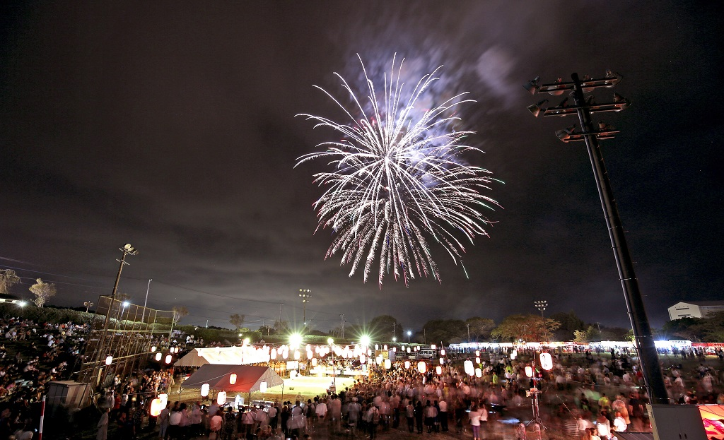 舉行「日寬上人奉納角力大會」之際,施放璀璨煙火增添光輝。(照片『大白法』提供)