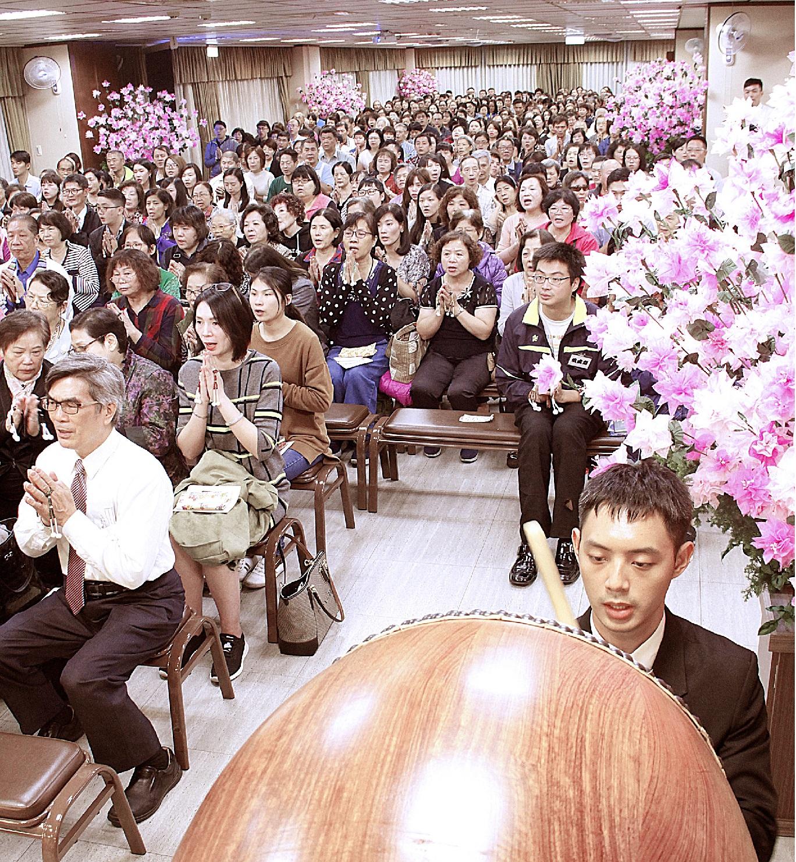 在櫻花裝飾充滿喜氣的本堂,奉修御會式
