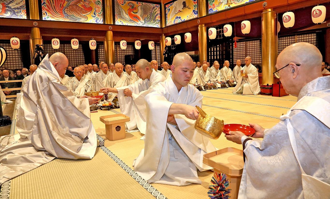 「三三九度」祝賀儀式(11.20)(照片『大白法』提供)