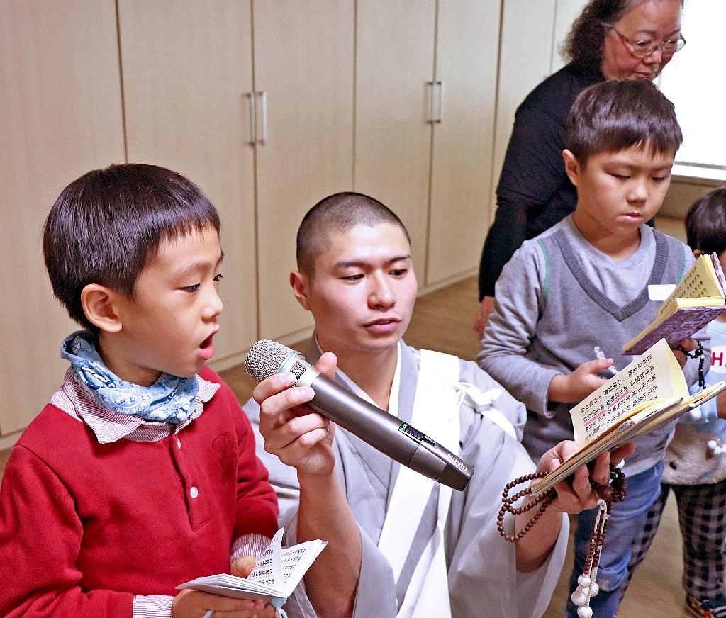 少年部活動時間由尊師 指導小朋友讀經練習