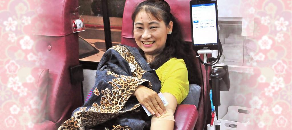 挽袖捐血造福人群