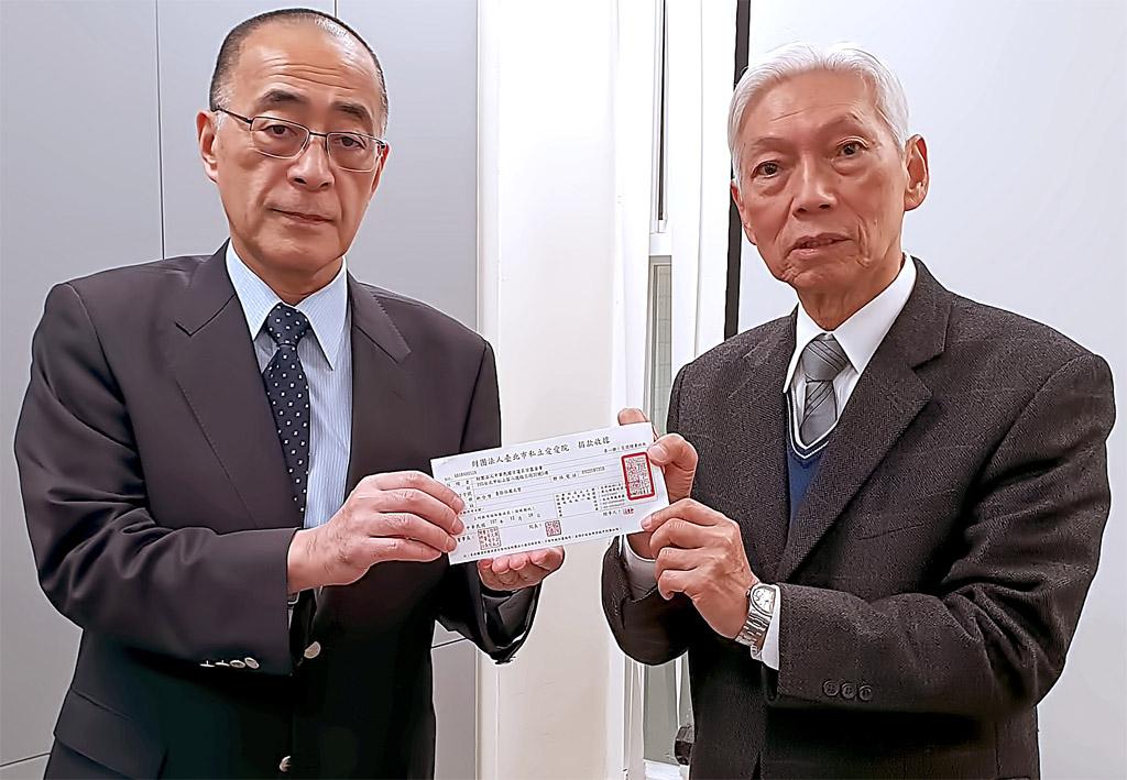 本興院石橋主管(左)代表本基金會捐款,表達本宗僧俗的關懷之意。