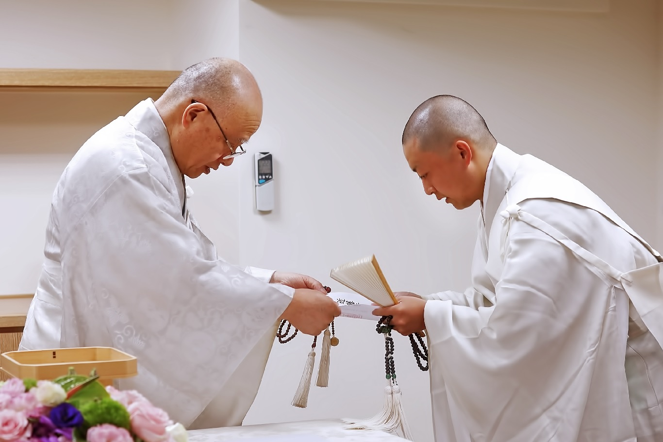 海外部長頒發任命狀,正式任命近藤行威尊師(右) 為花東布教所第三代責任者。