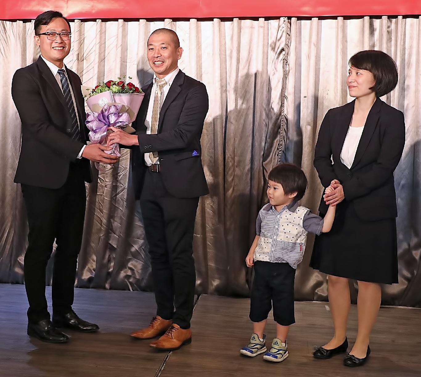 青年部代表獻花,表達對關戶前責任者的 感謝與祝福。