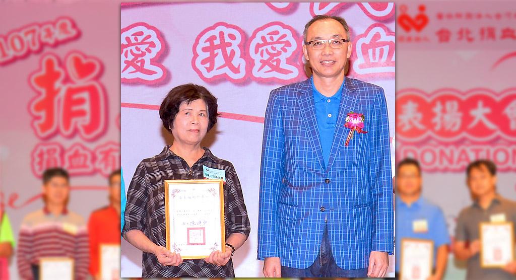 本基金會榮獲「台灣血液基金會一O七年度捐血績優表揚大會」表揚,由北南本部歐秋英幹事(左)代表出席領獎。