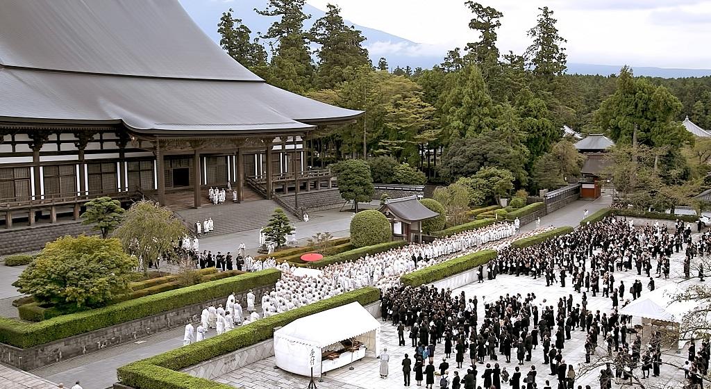 日顯上人棺木從客殿移出,行經塔中參道,眾多僧俗合掌恭送。(以上照片『大白法』提供)