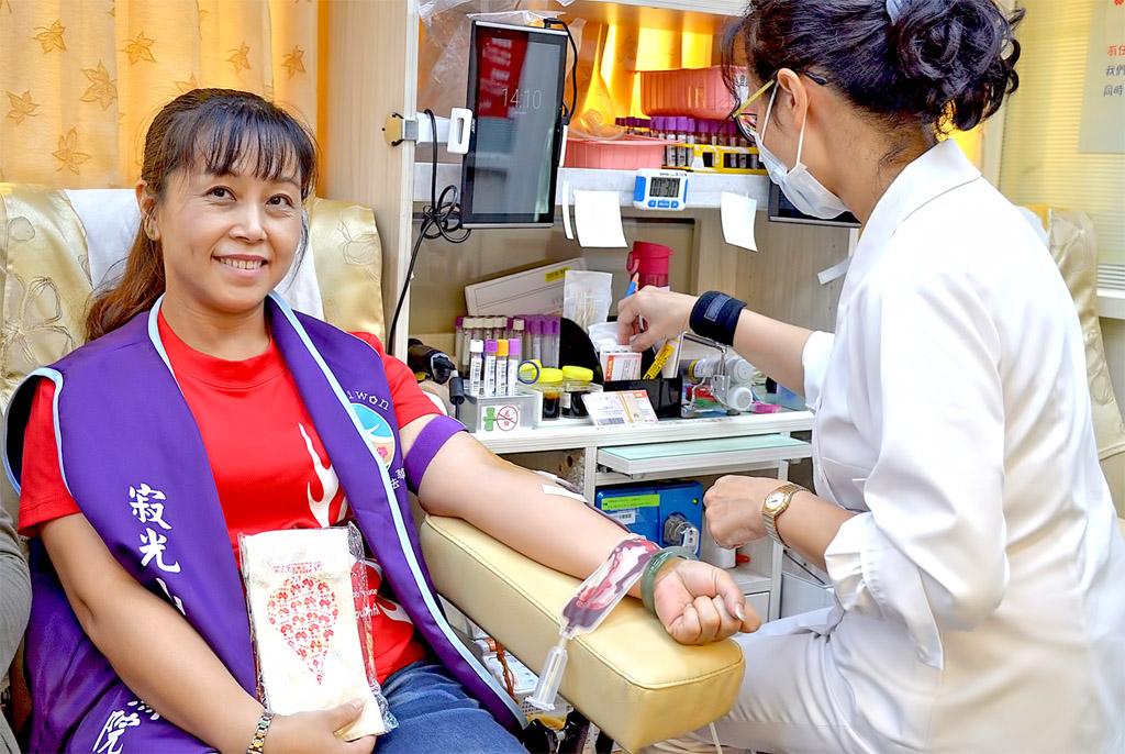 挽袖捐血,為善助人