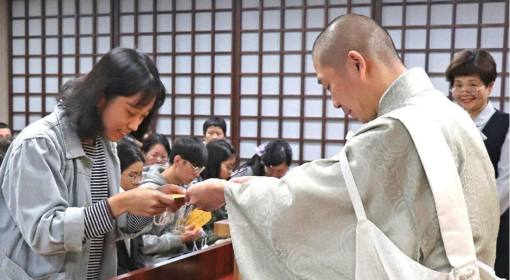在御寶前獲頒御本尊所賜的獎助學金,所有受獎者誓願信心更加精進。