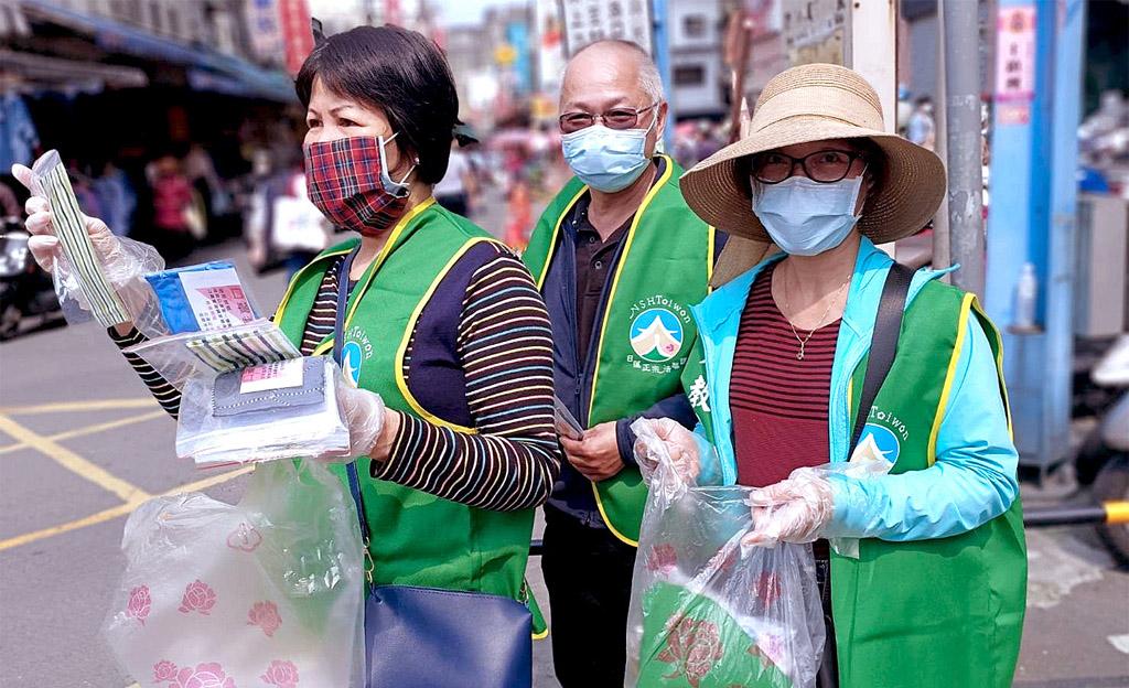 妙照院信徒分送自製口罩套給需要的人,受到民眾的肯定。