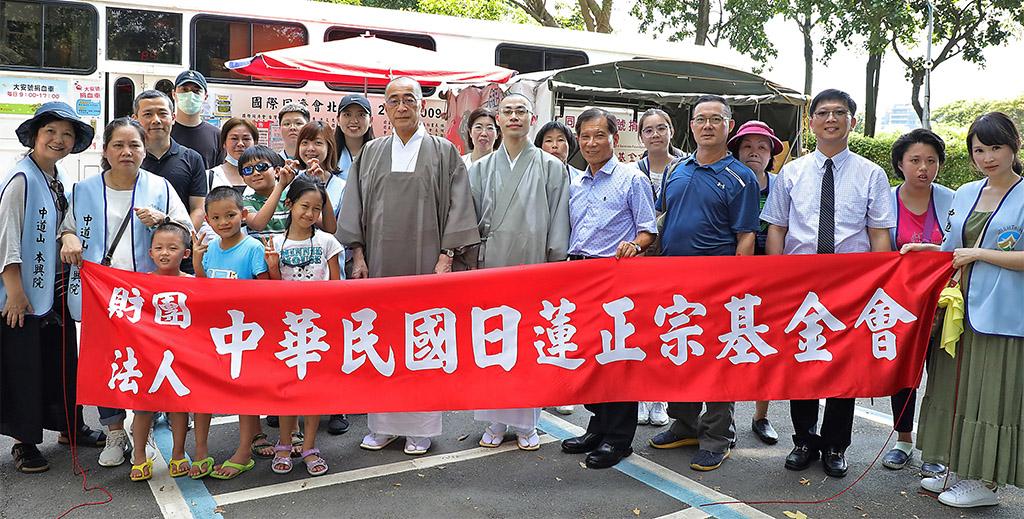 紀念攝影於大安號捐血車(大安森林公園)