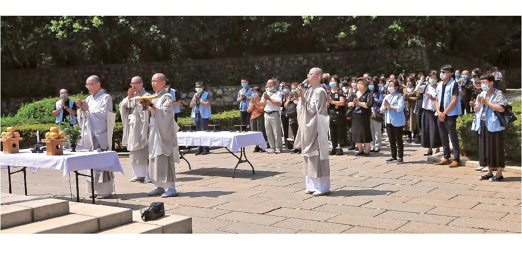 八月三十日於古寧頭 戰史館前廣場,舉行 金門戰役慰靈法會, 讀經唱題、拈香,祈 念戰歿者冥福