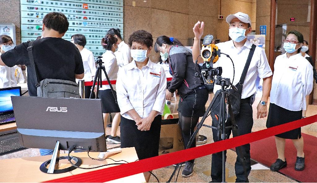 配合防疫,一樓架設熱像儀量測體溫,進入本興院大廳消毒雙手,並全程戴口罩