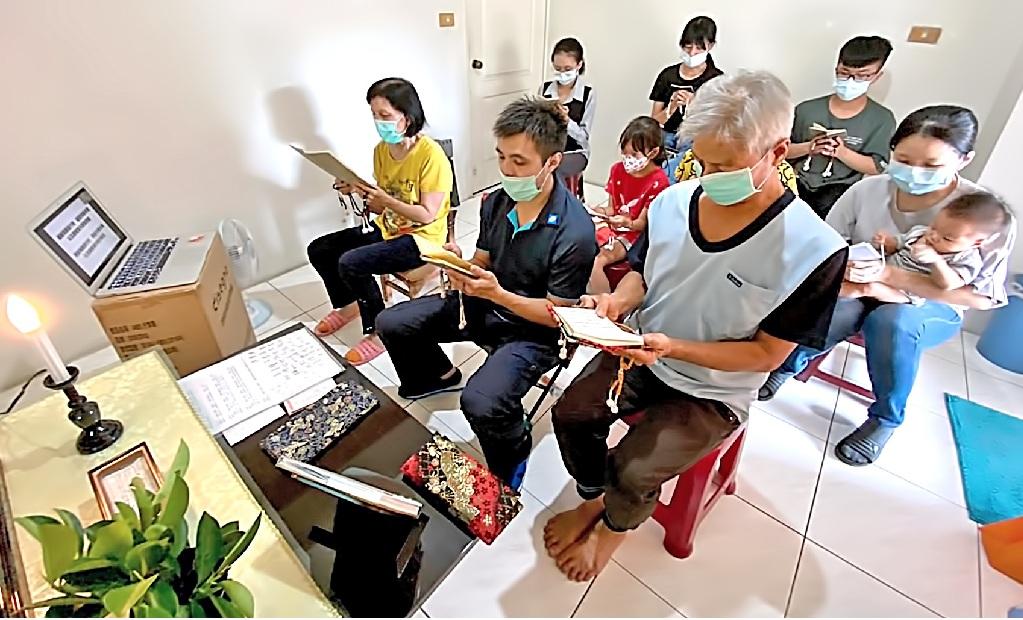 信徒於家中透過網路連線參加總會,聆聽指導