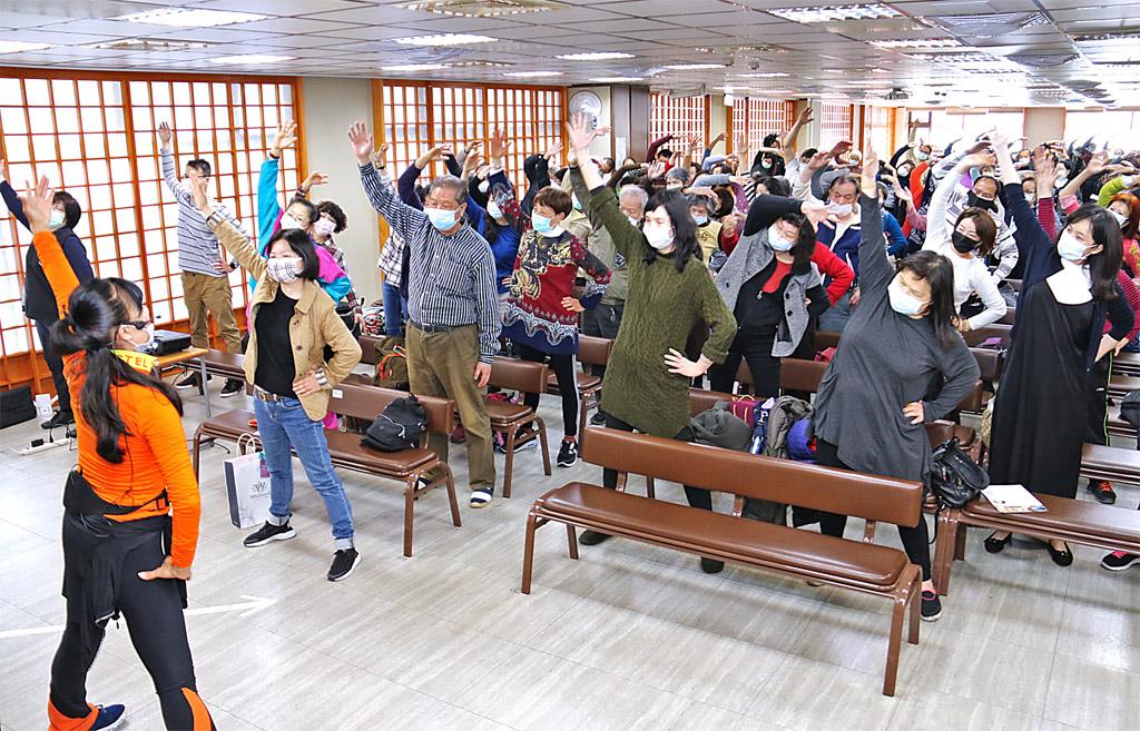 陳鈴講師帶領大家起身運動。