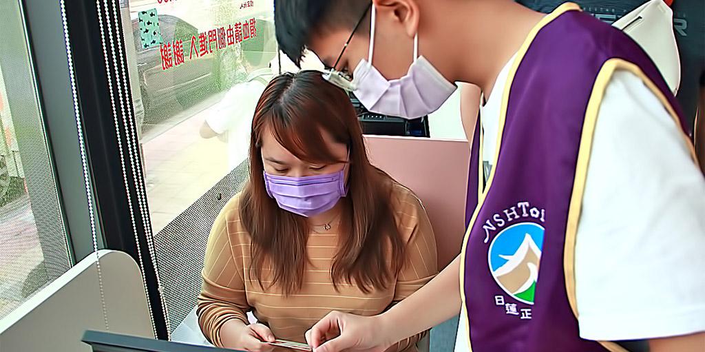 社福人員協助捐血者填寫資料