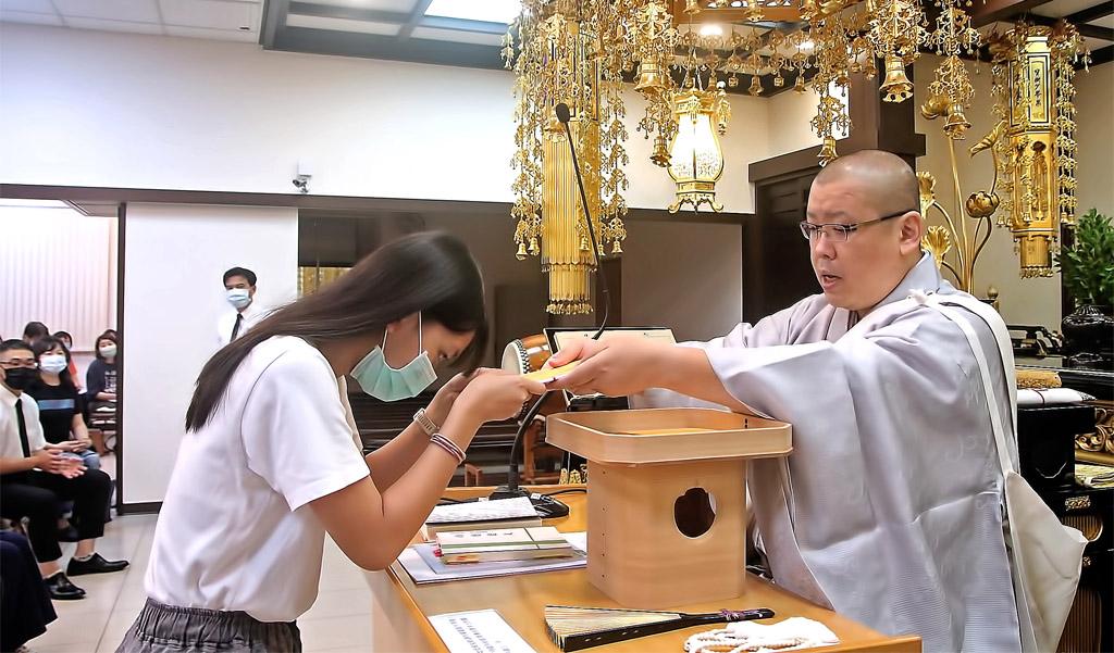 佐藤主管頒發獎助學金,並期勉同學成為廣布人才。